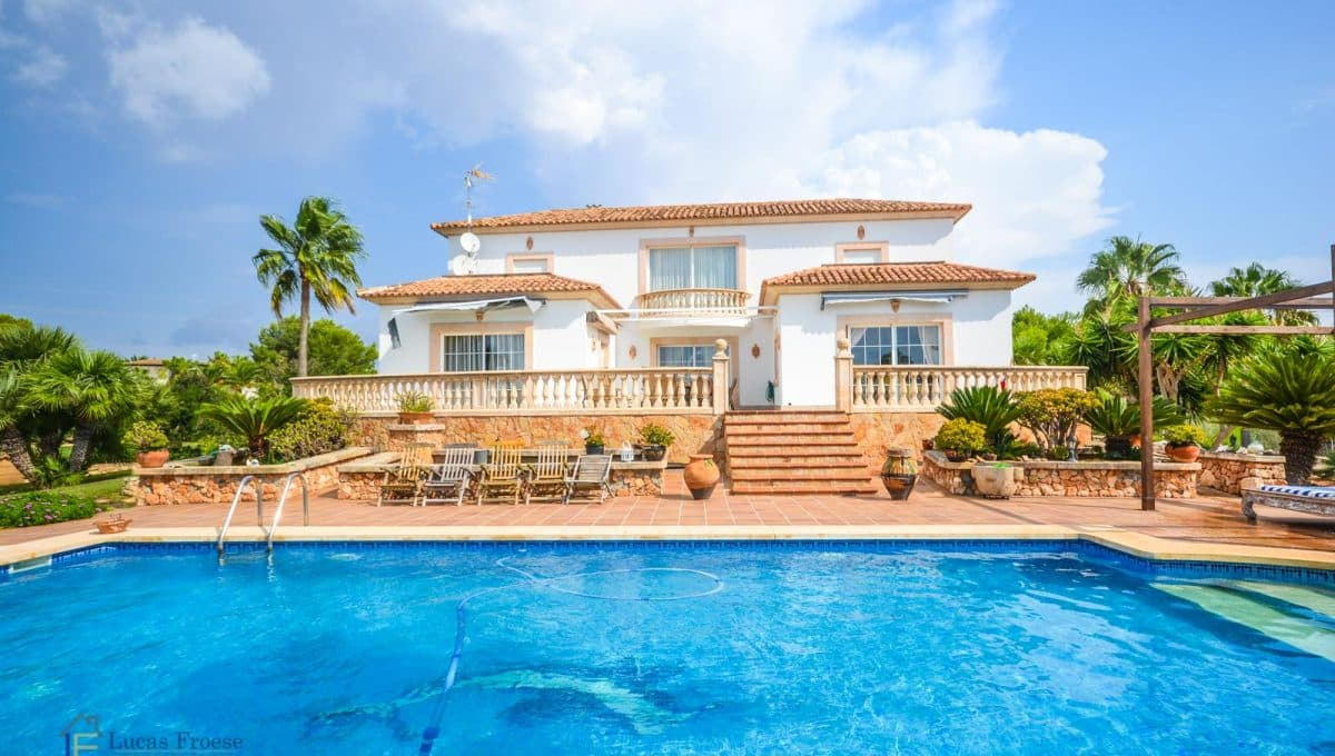 villa-spanien-hauskauf-investition-pool-haupthaus