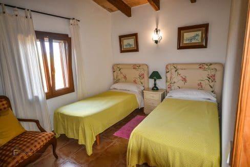 villa-spanien-hauskauf-investition-gästehaus-schlafzimmer