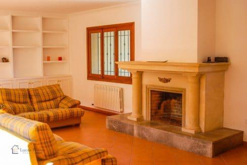 Mallorca-Consell-Finca-Wohnzimmer-Kamin-Sofas