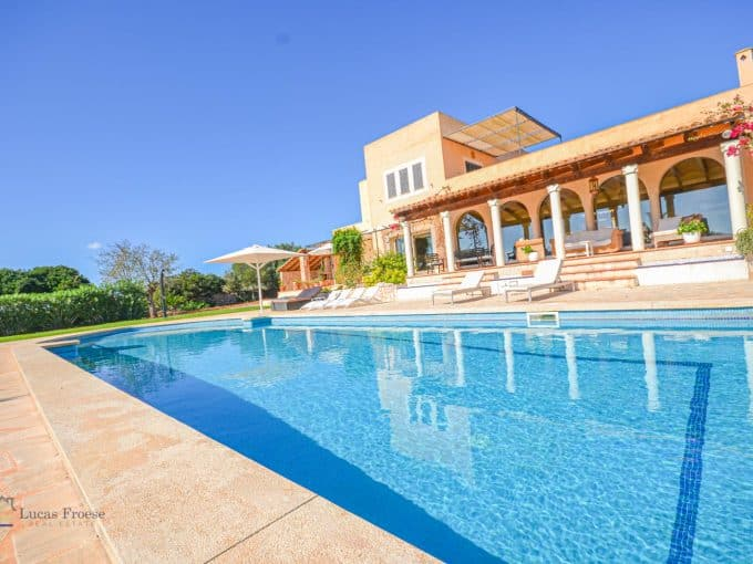 Finca S'horta Swimmingpool und blauer Himmel