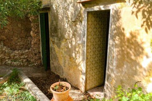 herrenhaus-felanitx-innenhof-toilette-waschraum