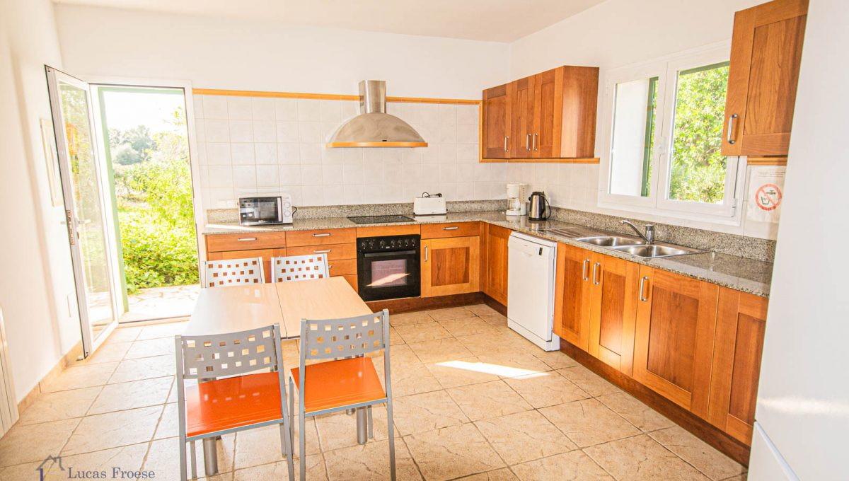 lf0085-finca-calonge-2-etagen-küche-hinterausgang