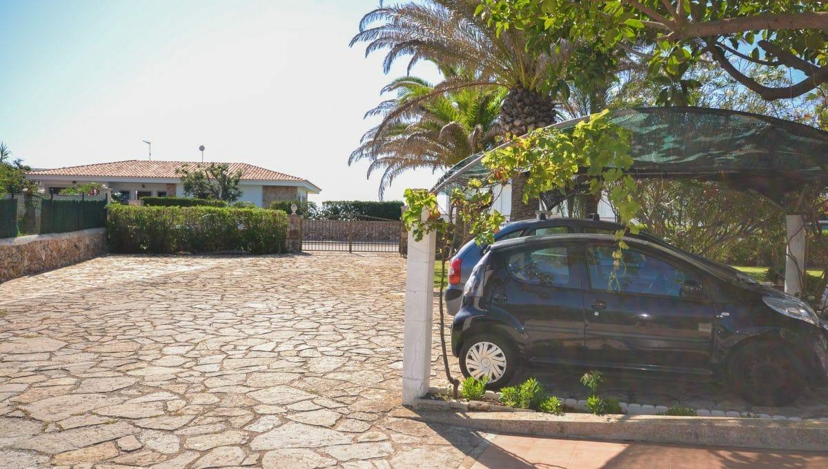 Großer Parkplatz mit mallorquinische Pflanzen Mallorca
