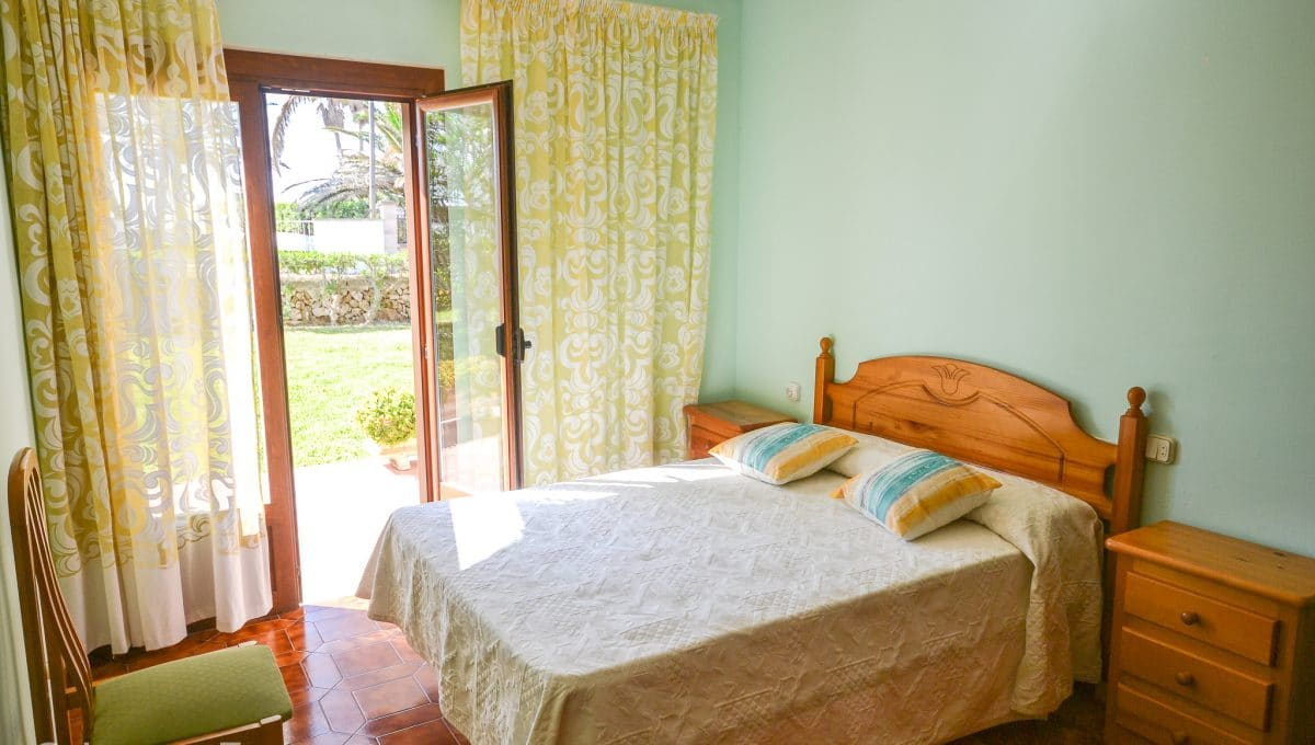 Helles Schlafzimmer mit Zugang zum Garten Portocolom