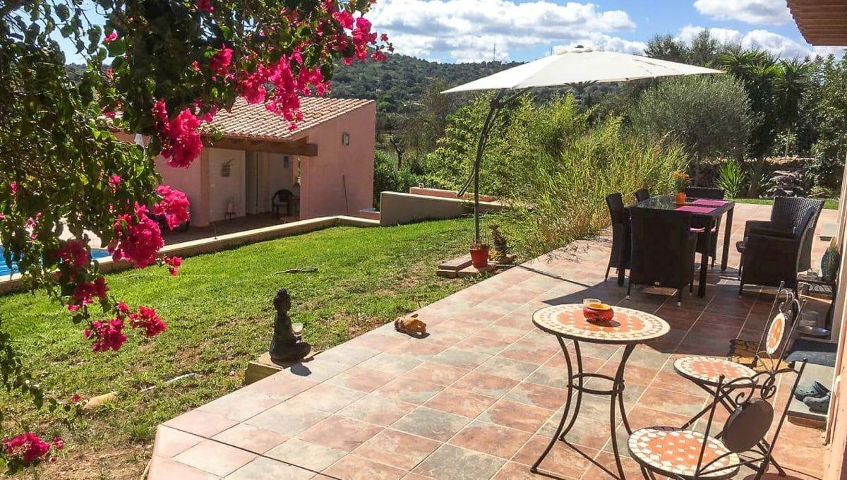 Schöner Garten mit Sofas und Tisch Mallorca