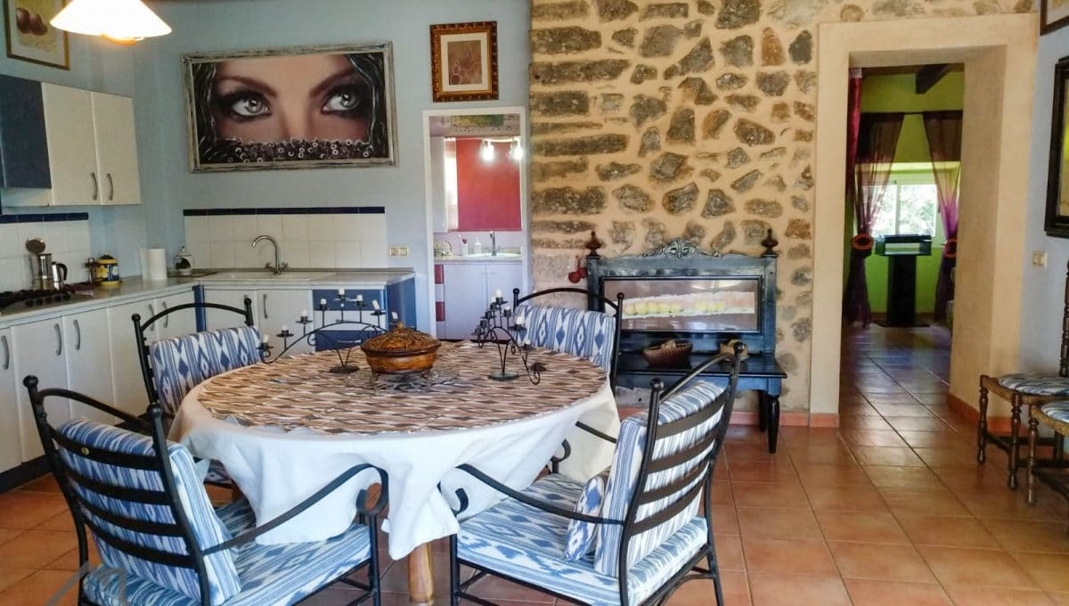 Offene Küche mit Esszimmer undº Steinmauer