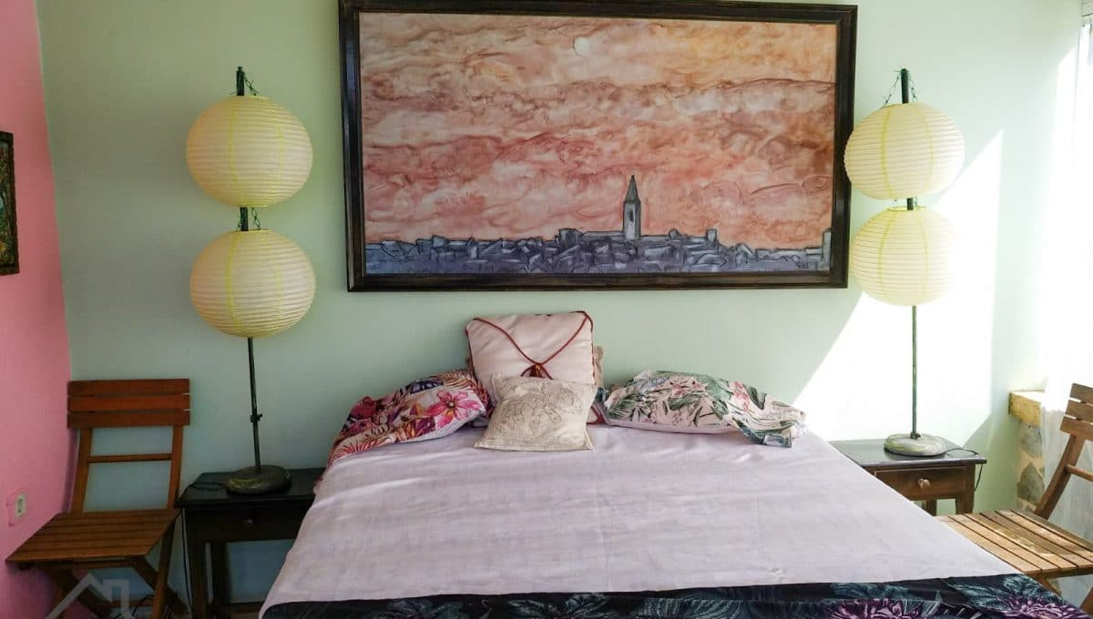 Helle Schlafzimmer mit großen Fenstern