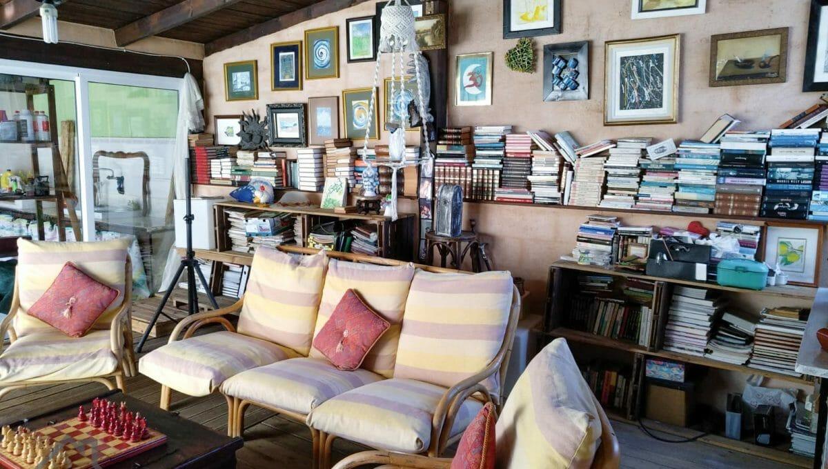 heller Wohnzimmer mit vielen Büchern