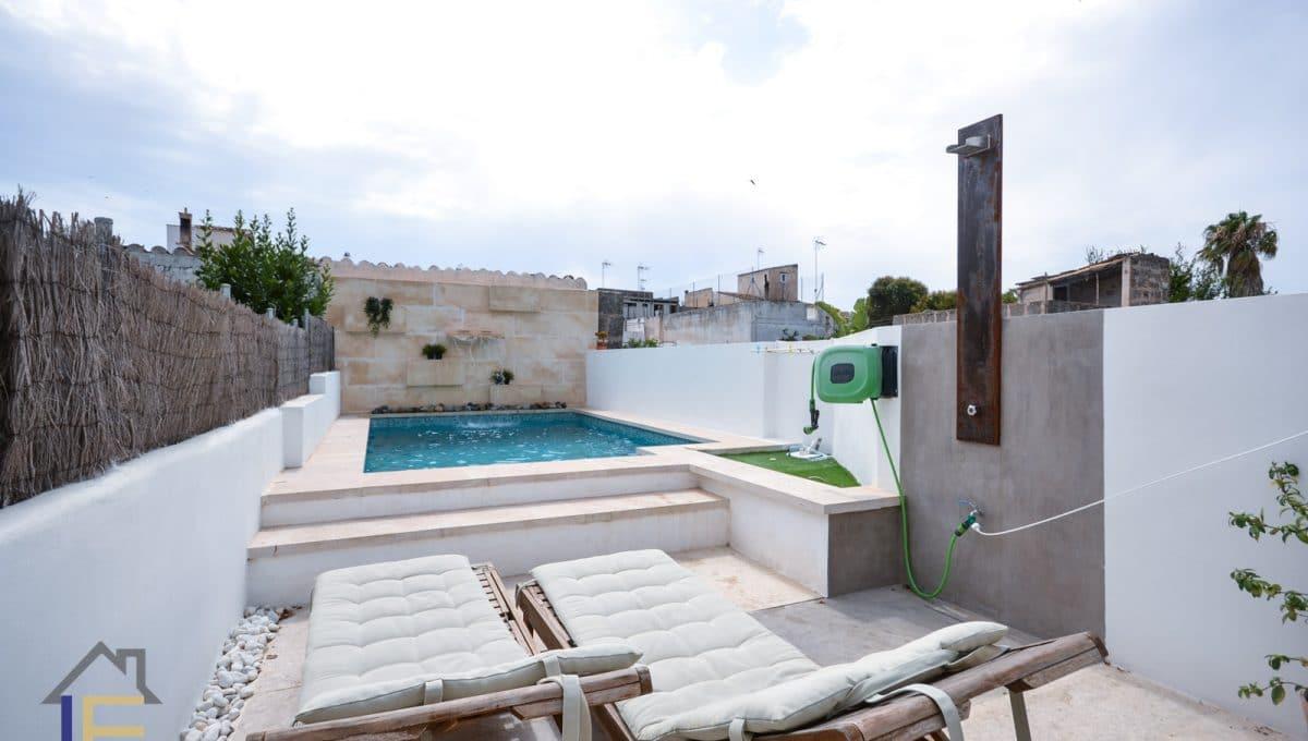 Terrasse mit Sonnenliegen und Pool