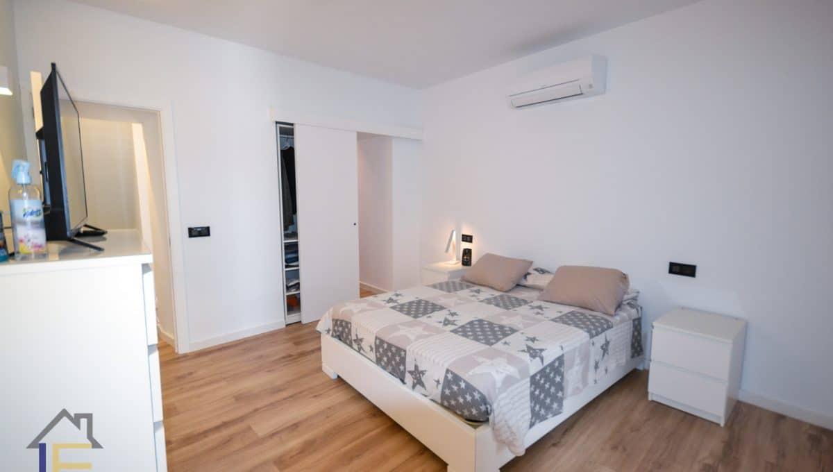 Geräumiges Schlafzimmer mit Parkett