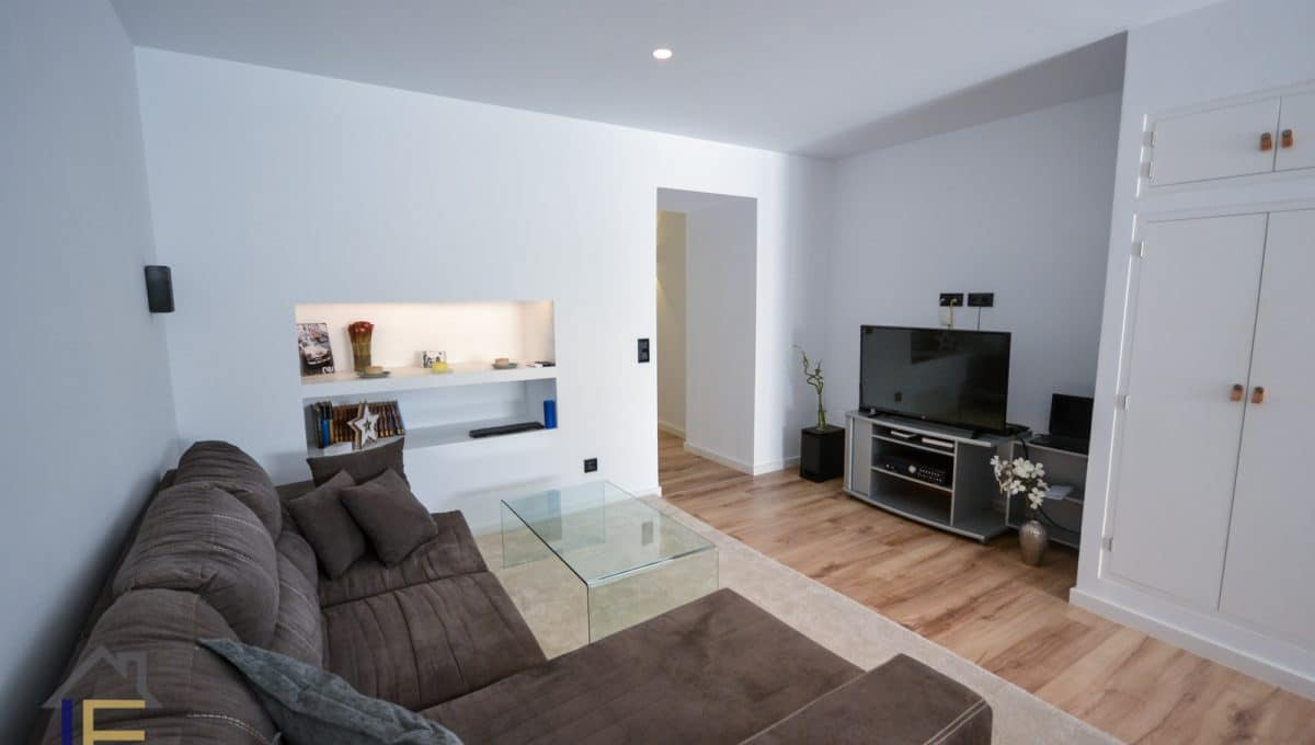 geräumiges und modernes Wohnzimmer