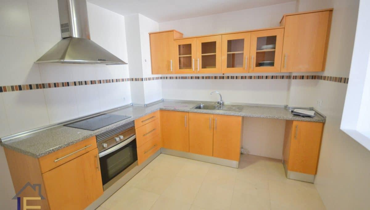 geräumige Küche mit Fenster zum Esszimmer