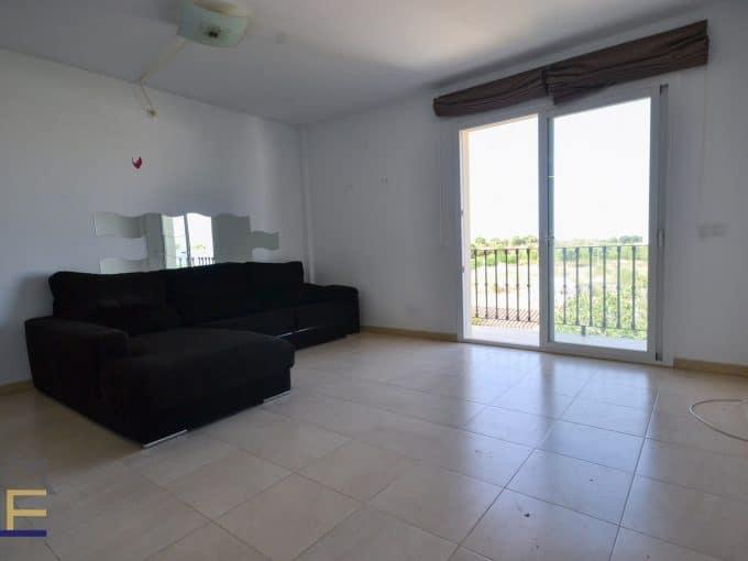 geräumiges Wohnzimmer mit Balkon in einem Haus in Felanitx