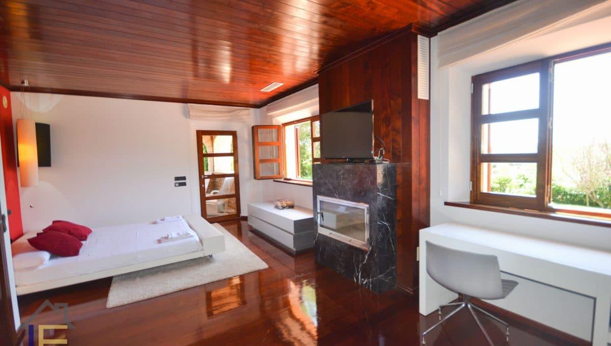 geräumiges Hauptschlafzimmer mit Kamin