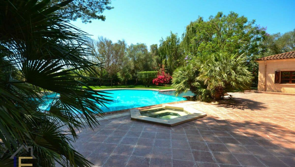 beheizter Pool und Jacizzi mit dem Garten herum