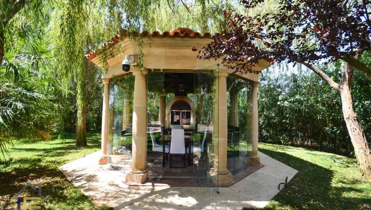 malerische Terrasse mit Barbacos und Steinofen