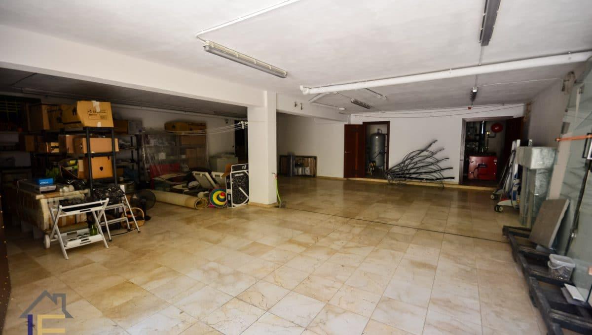 geräumige Garage und Versorgungsräume