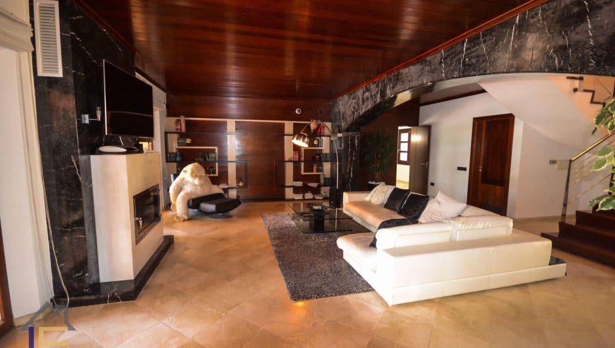 geräumiges Wohnzimmer mit Holz- und Marmordetails