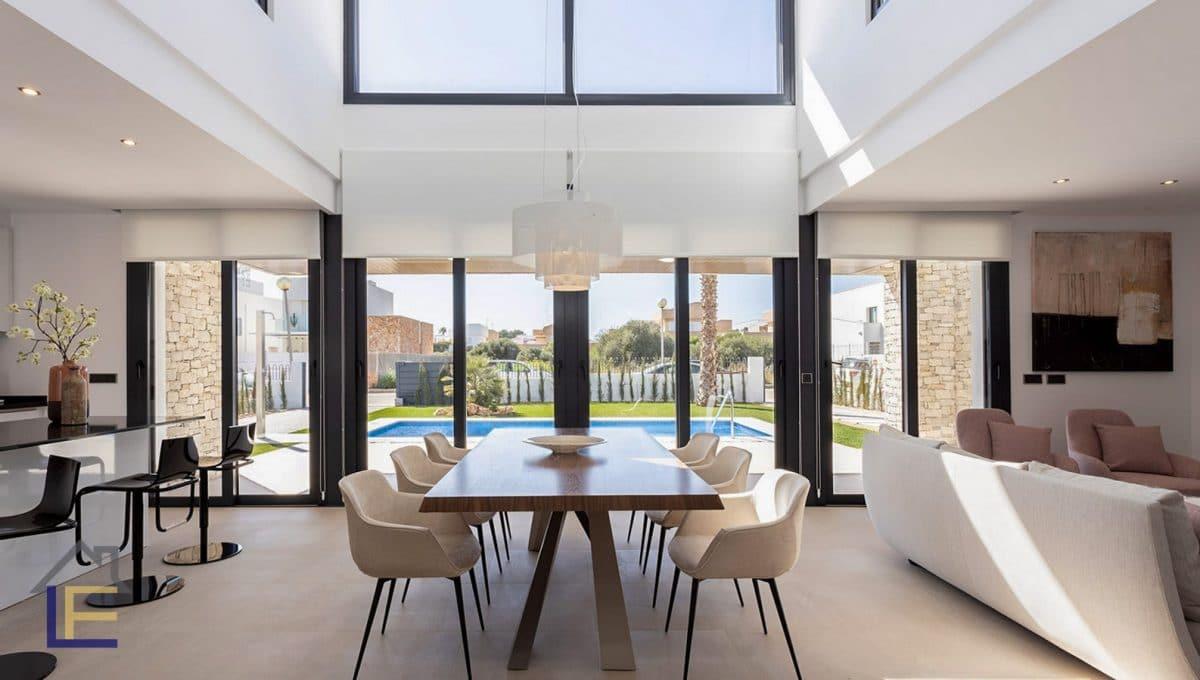 Helle wohn und esszimmer mit Glastrennwänden