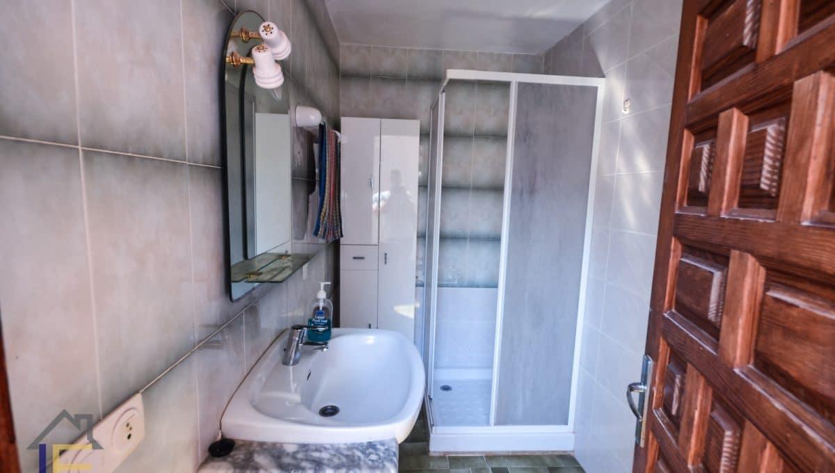 typisches weißes Badezimmer