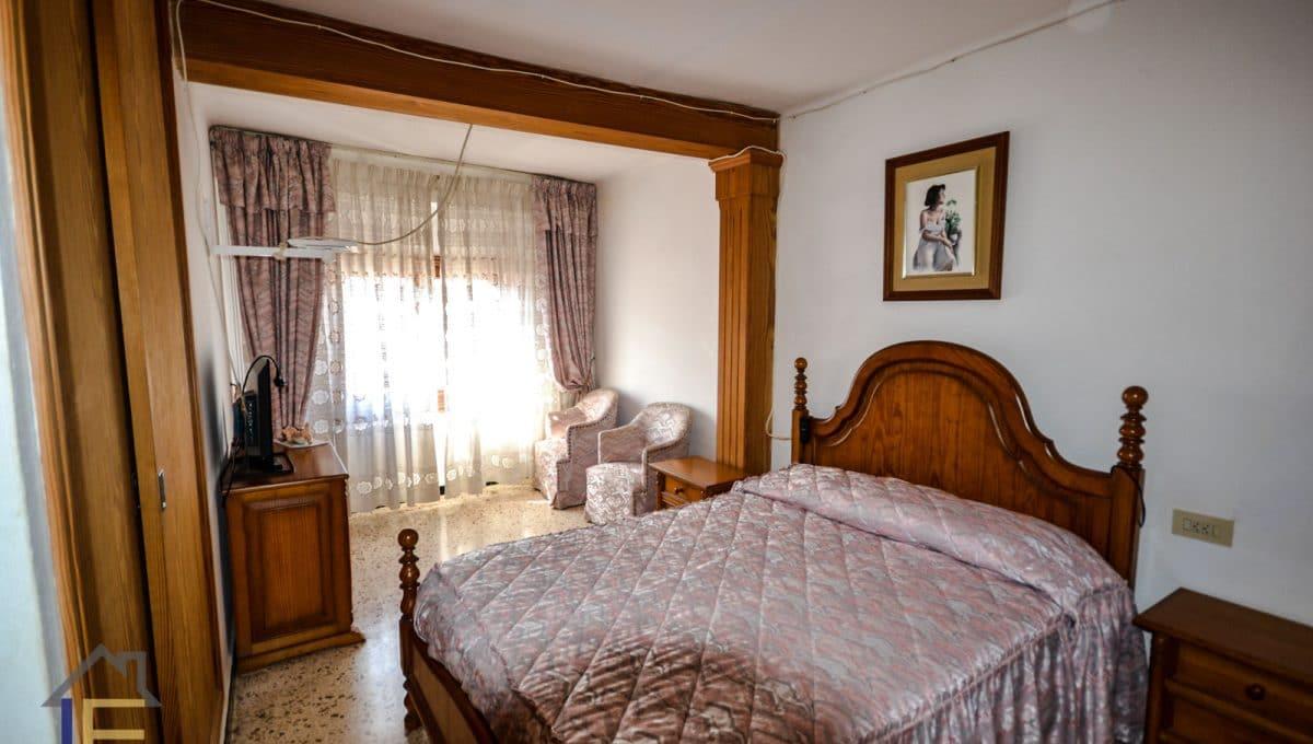 geräumiges Zimmer mit Doppelbett