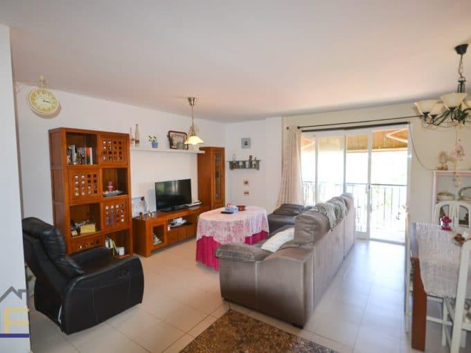 helle wohnzimmer mit balcon und große fenster