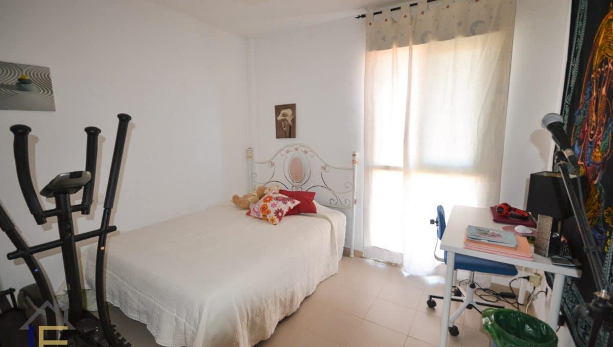 helle schlafzimmer mit doppelbett
