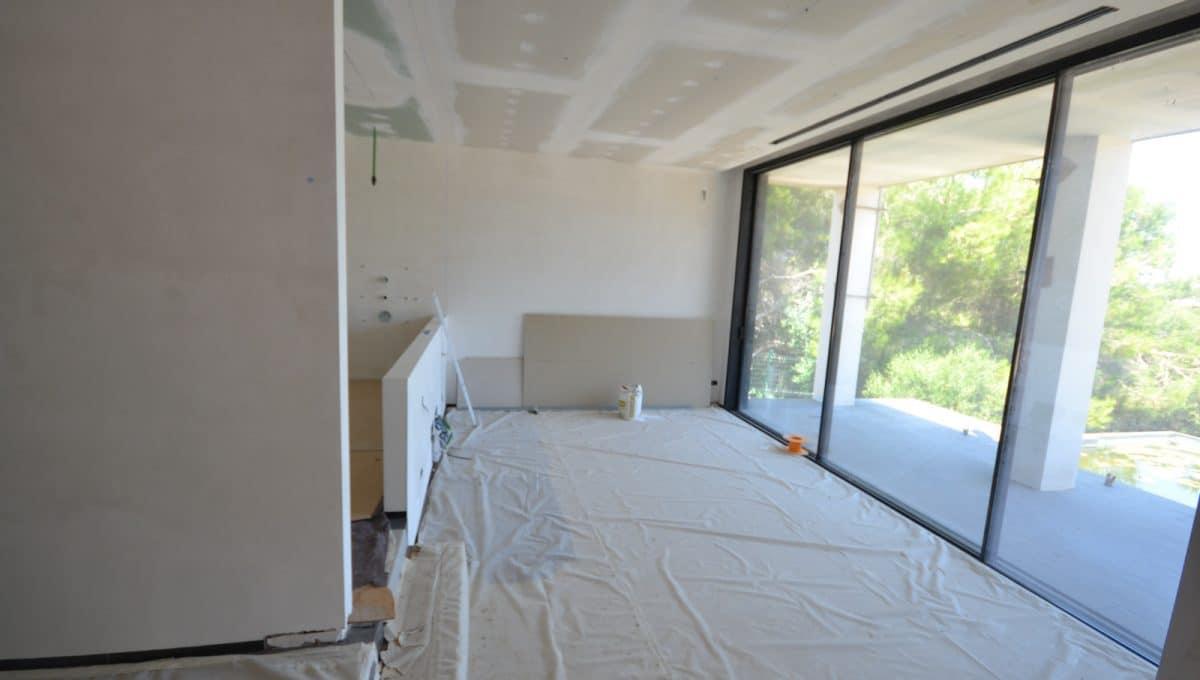 Schlafzimmer mit Buntglasfenstern und Aussicht