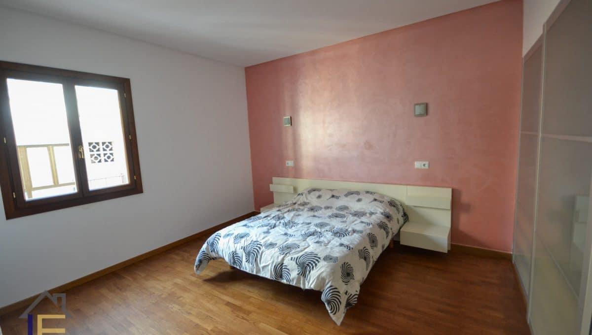 Großes Schlafzimmer mit Einbauschränken und Tageslicht