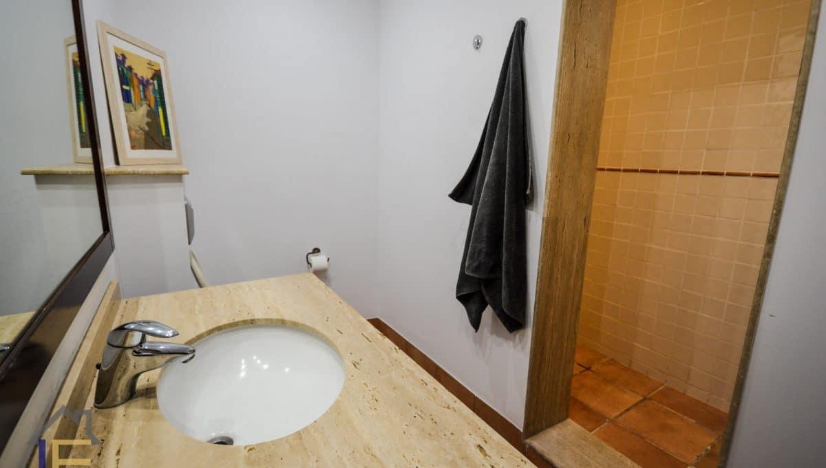Moderne Wohnung mit Bad und Dusche