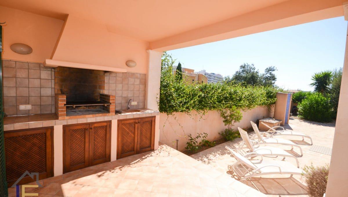 Terrasse mit Grill und liegestühle