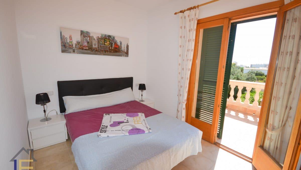 Schlafzimmer mit breites bett und terrasse