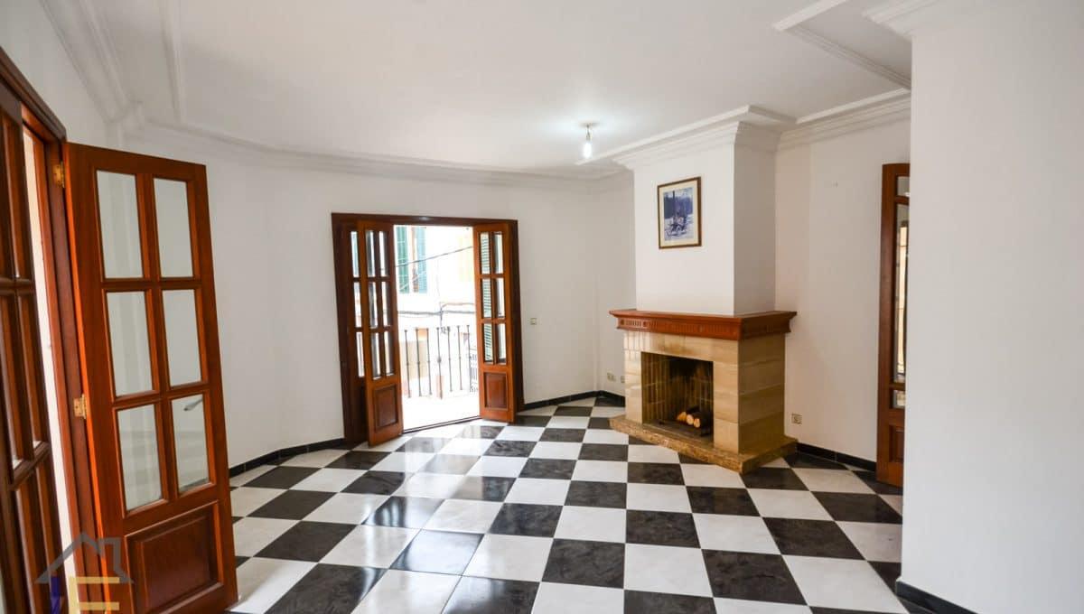 geräumiges Wohnzimmer mit viel Licht und Kamin