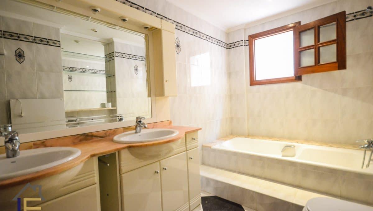 Badezimmer mitbadevanne und doppelte waschbecken