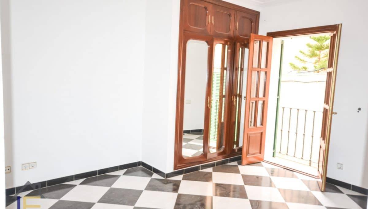 Hauptschlafzimmer mit Balkon und Badezimmer in suite