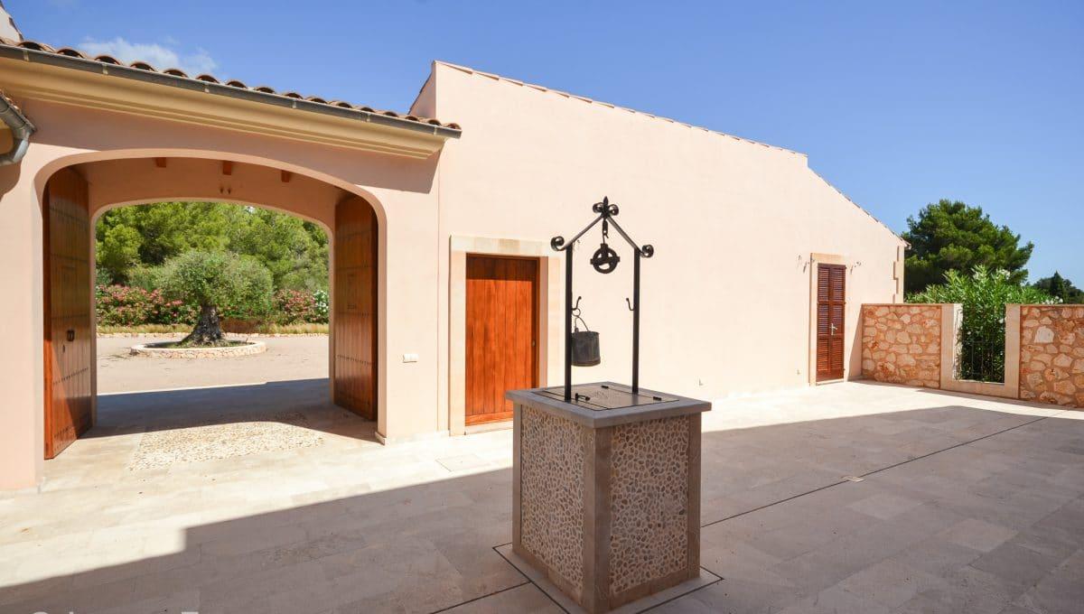 Typischer und großer Innenhof und Brunnen Mallorca