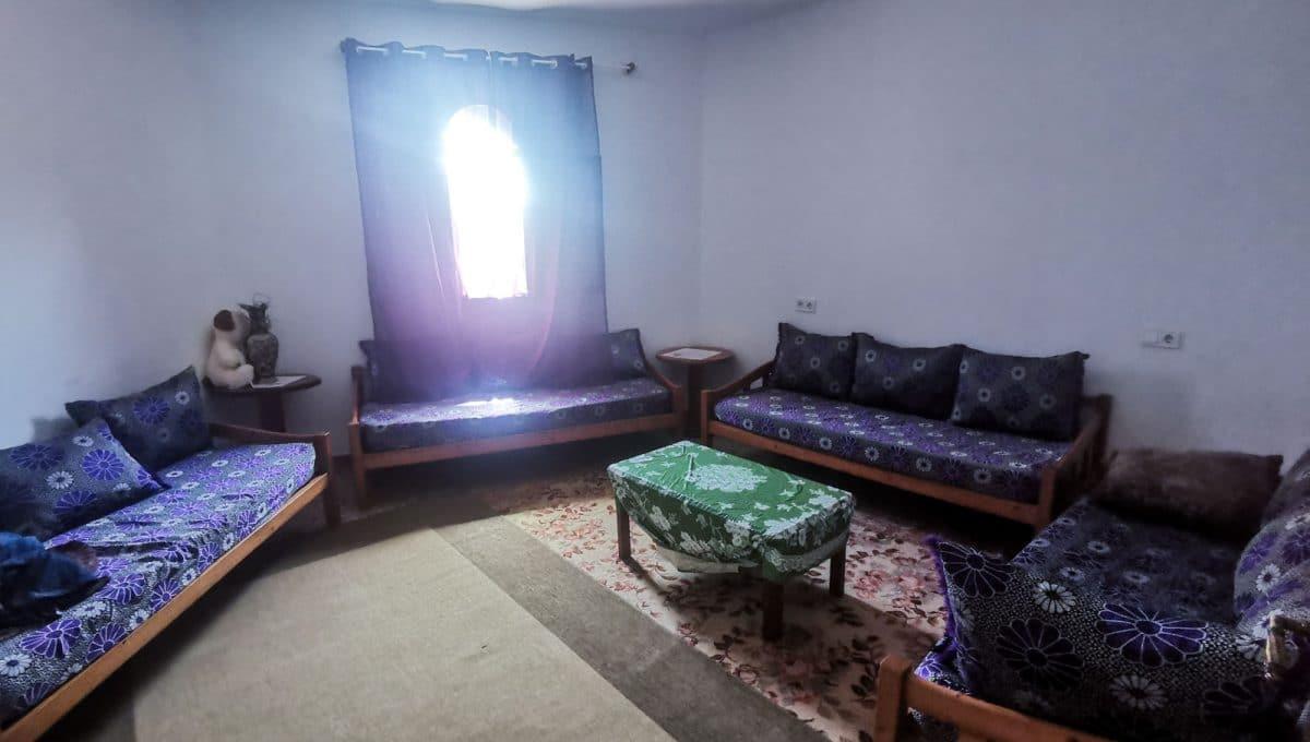 geräumiges Wohnzimmer mit sofas