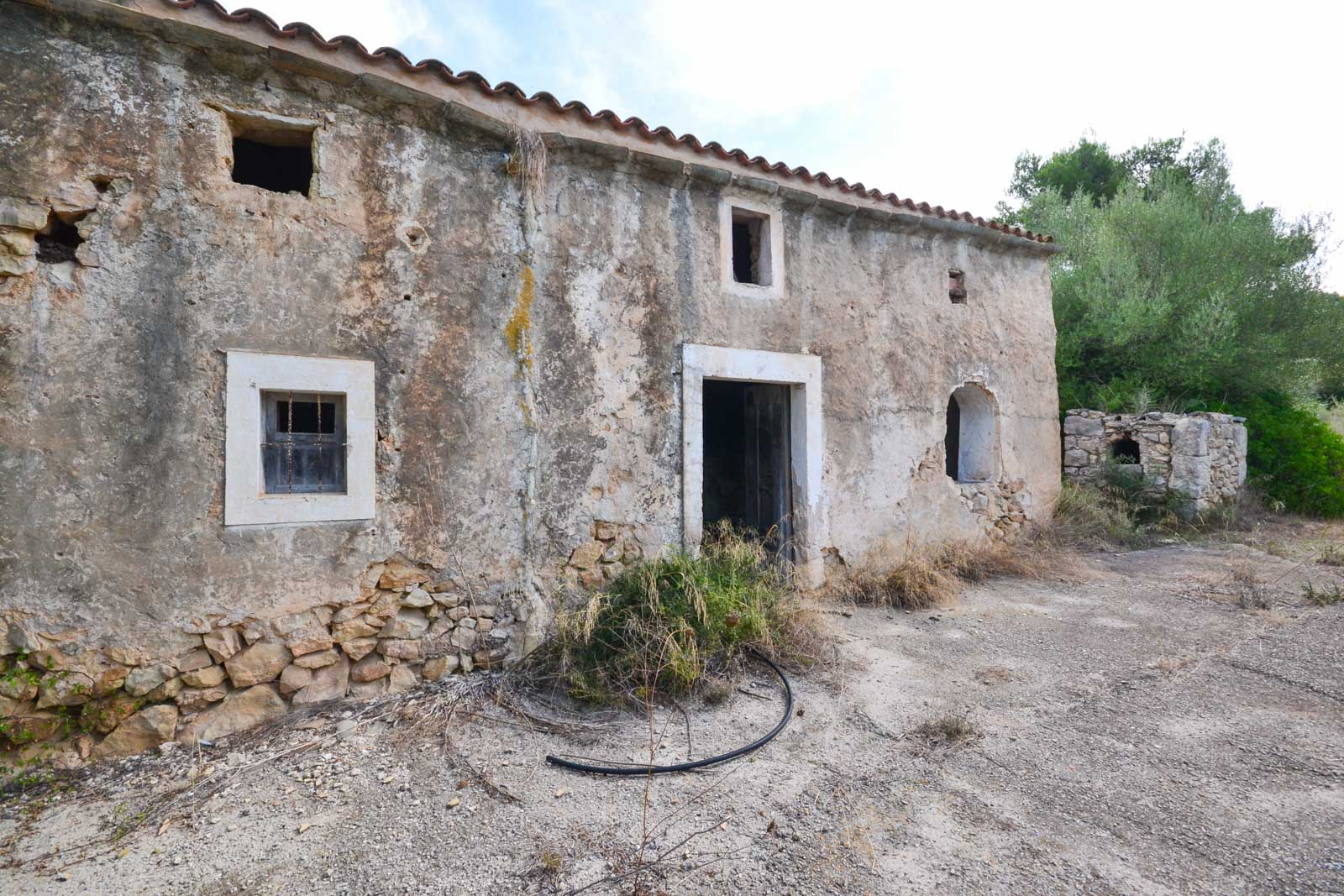 Building plot with a typical mallorcan house in Son Prohens