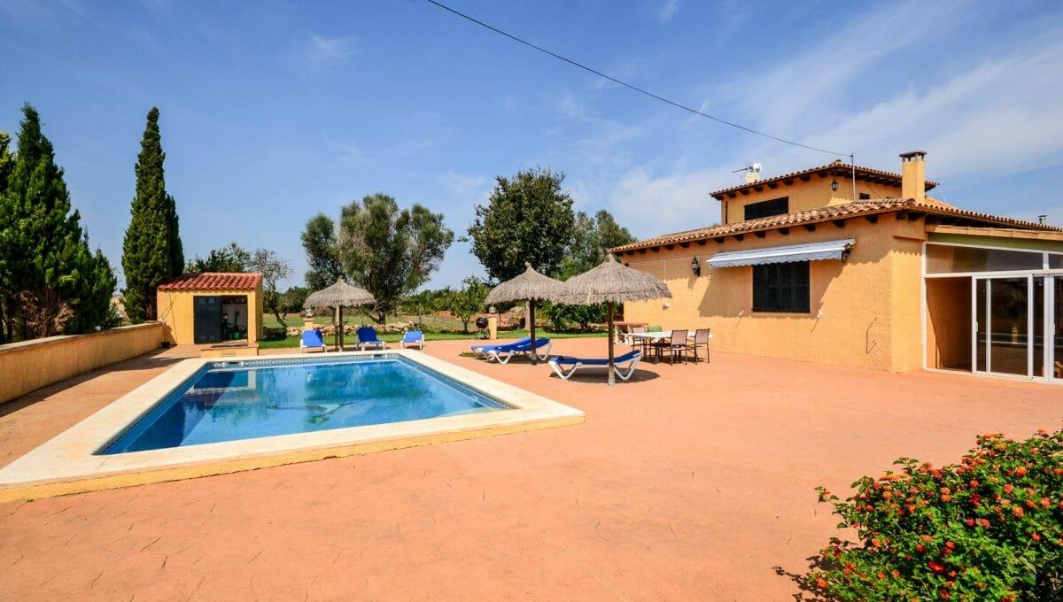 Große pool mit terrasse und sonnenschirme