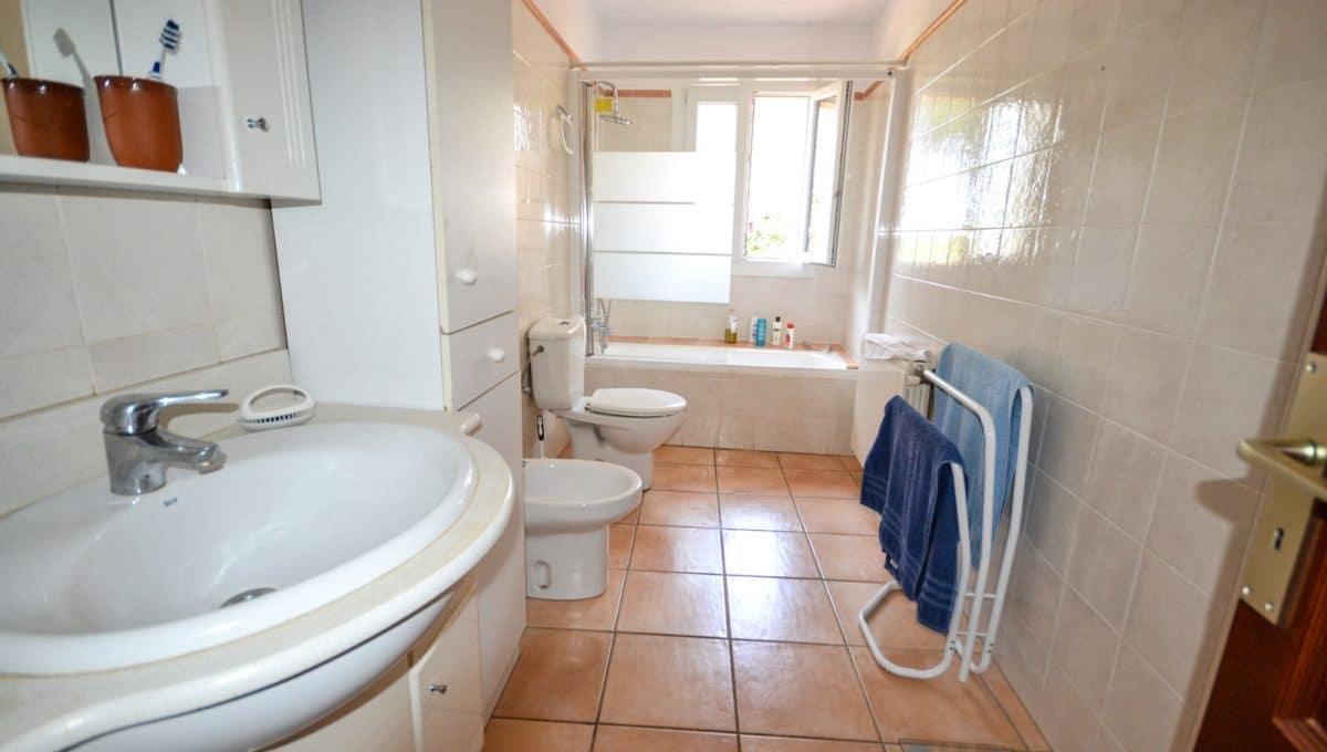 weiße Badezimmer mit badewanne