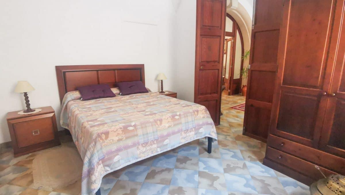 Helle Schlafzimmer mit doppelbet in porreres