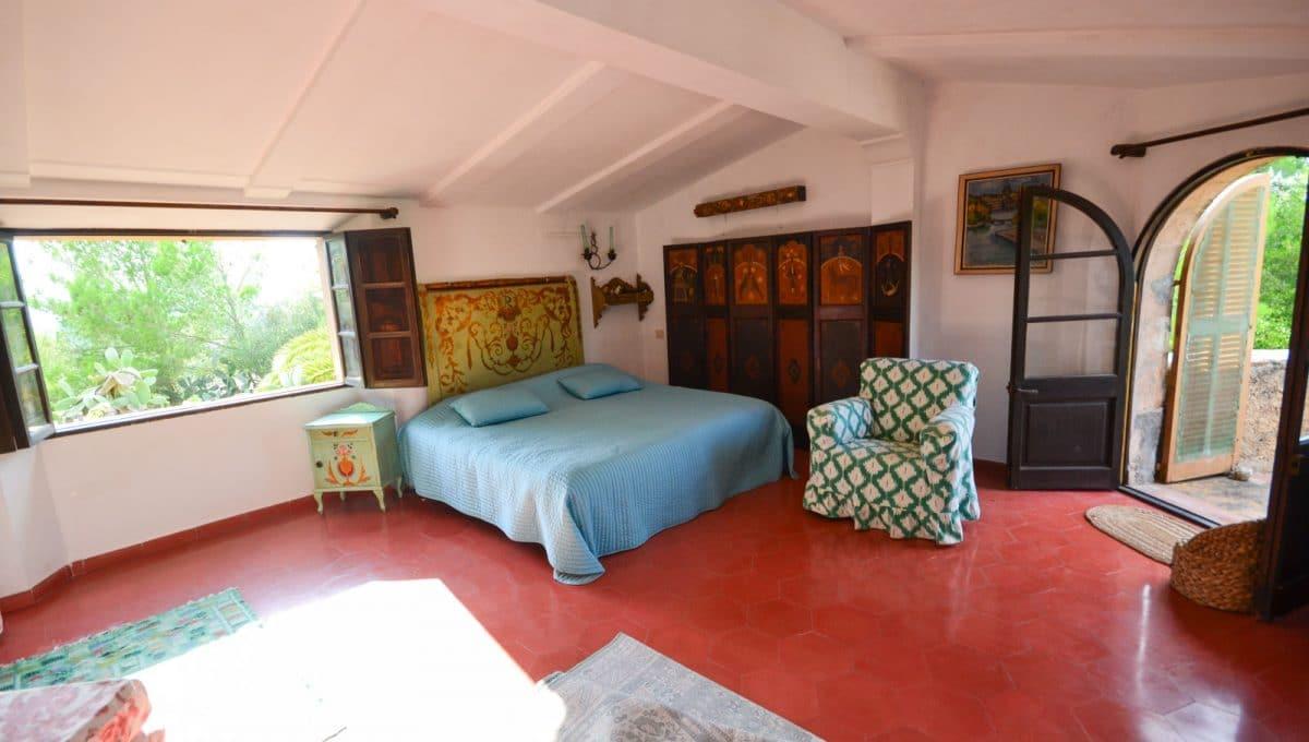 Breite Schlafzimmer mit Balkon