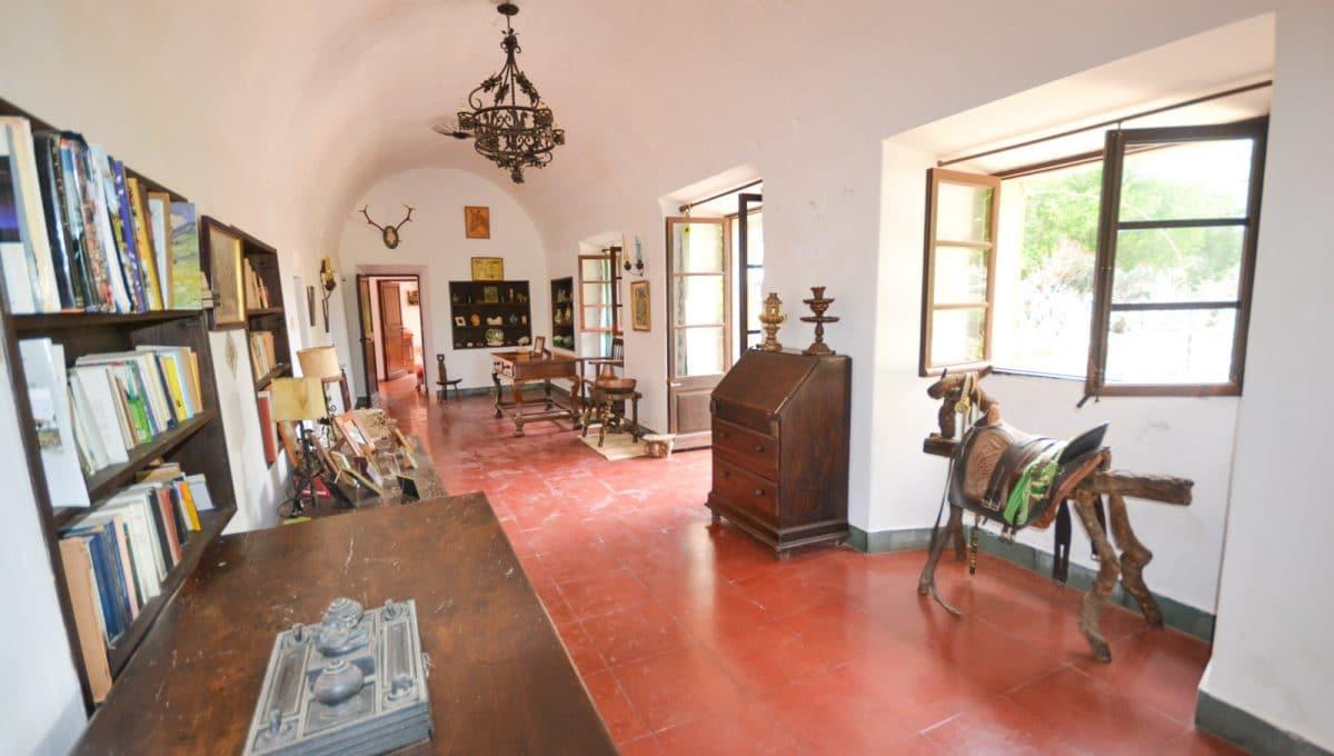 Breite Woohnzimmer mit Gewölben