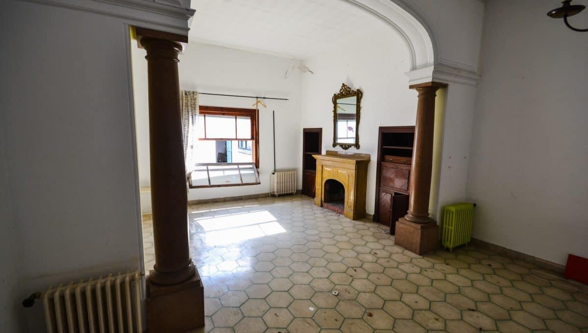 Breite und helle Wohnzimmer mit Säulen und kamin