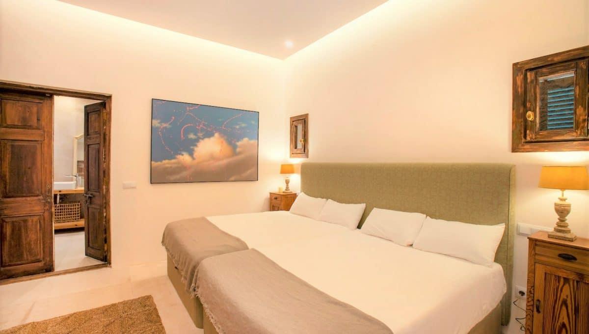 Luxusschlafzimmer mit einem riesigen Bett in Campos