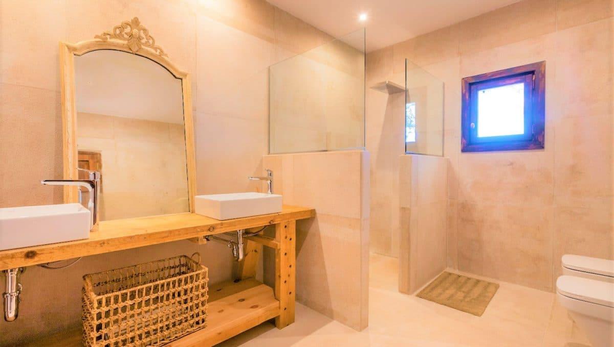 Badezimmer mit Dusche in einem Luxushaus in Campos
