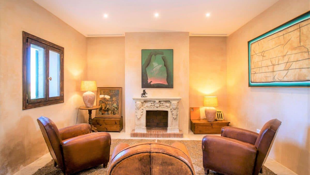Wohnzimmer mit Kamin in mallorquinische Haus