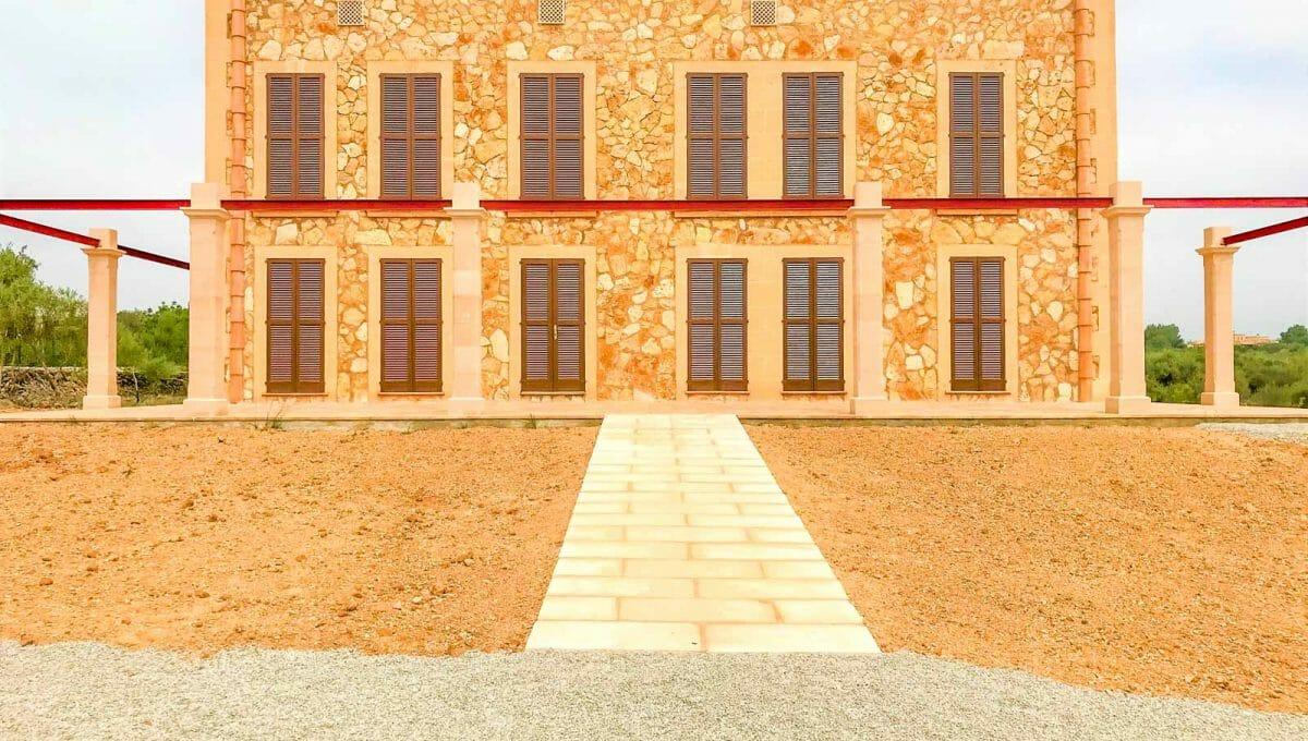 Vorderansicht zum Haus und zur Steinmauer