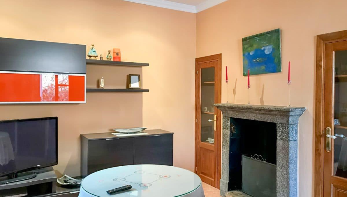 Wohnzimmer mit Kamin in Felanitx