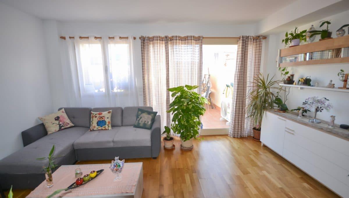 Breite wohnzimmer mit terrasse